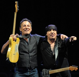 boss 4 320x312 The Boss is back: indimenticabile concerto di Bruce Springsteen eThe E Street band ieri sera a Milano.