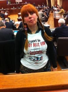 La consigliera Paola Macchi indossa un t-shirt contro le lobby delle armi