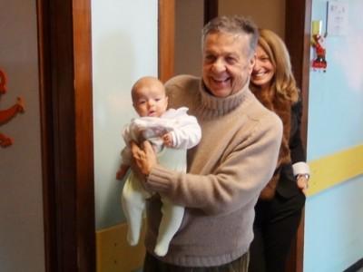 Renato Pozzetto con un piccolissimo paziente