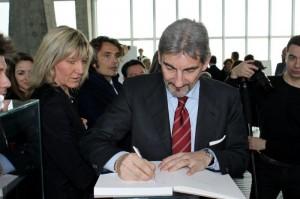 Presidente Cattaneo firma il registro ufficiale dell'inziiativa