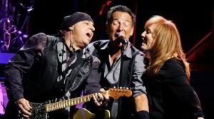 Bruce Springsteen, al centro, con Patti Scialfa (destra) e Stevie Van Zandt