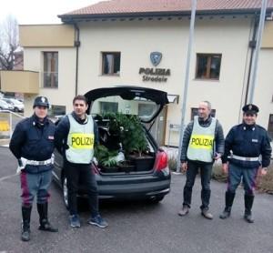 Agenti della stradale con la merce sequestrata