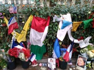 Fiori e bandiere per ricordare le vittime davanti al Bataclan (foto Varese7press)