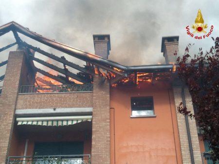 Il tetto del condominio avvolto dalle fiamme