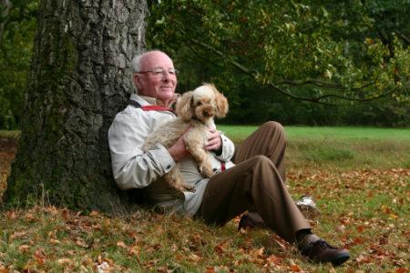anziano-al-parco-con-il-cane