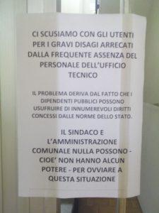 L'avviso insolito affisso negli uffici comunali