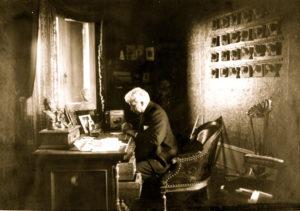 Antonio Fogazzaro alla scrivania