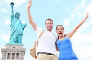coppie-dei-turisti-di-viaggio-alla-statua-della-libert-u-s-37968368
