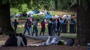 Migranti al confine di Como (foto Tipress)