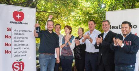 Festeggiano i promotori del referendum anti frontalieri (foto corrieredelticino.ch)