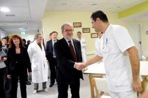 Il presidente Maroni durante una recente visita all'Ospedale di Circolo