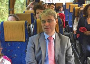 Il sindaco Galimberti oggi sullo scuolabus per la Rasa (foto varesenews)
