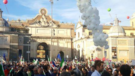 Piazza del Popolo gremita