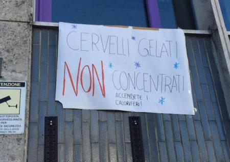 Lo striscione appeso dagli studenti all'esterno del Liceo Manzoni