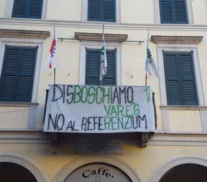 Lo striscione esposto ieri alla sede leghista di Varese